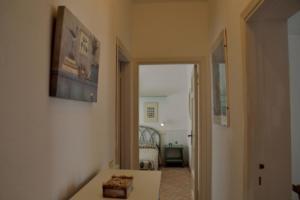 Corallo - corridoio e dettaglio camera matrimoniale
